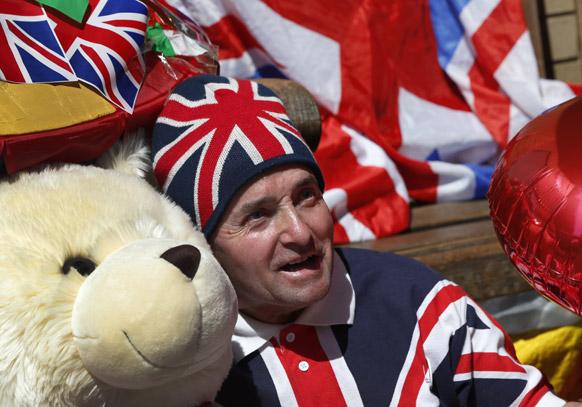 लंदन में रॉयल बेबी के जन्म के बाद समर्थक जश्न मनाते हुए।