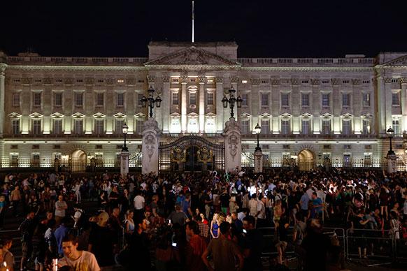 लंदन स्थित बकिंघम पैलेस के बाहर रॉयल बेबी की जन्म की खुशियां मनाने पहुंचे लोग।