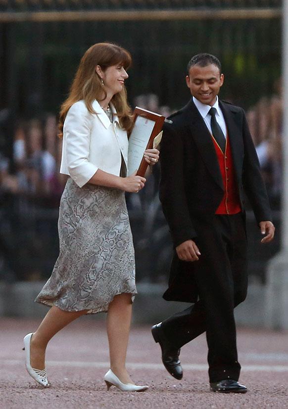 लंदन में ब्रिटिश रॉयल बेबी के जन्म के बाद आधिकारिक घोषणा करने से पहले क्वीन की प्रेस सेक्रेटरी एलिसा एंडरसन और बदर अजीम।