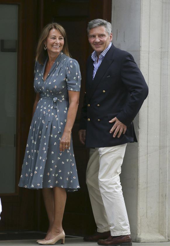 लंदन में रॉयल बेबी के जन्म के बाद केट मिडलटन के माता पिता केरोल और मिशेल मिडलटन अपनी खुशी का इजहार करते हुए।