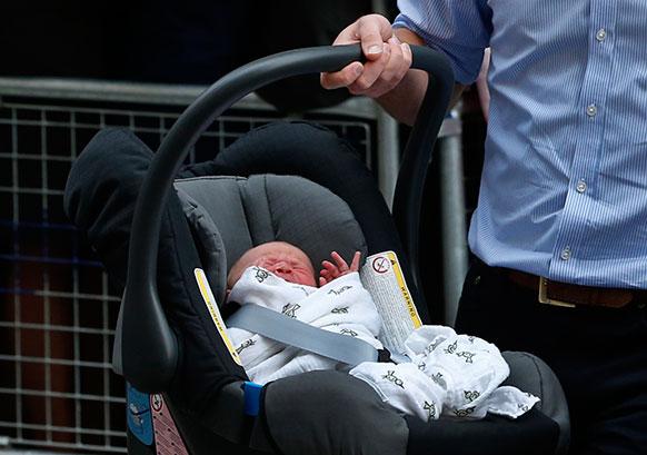 लंदन में सेंट मेरी अस्पताल के बाहर कार में अपने बेटे प्रिंस ऑफ कैंब्रिज को ले जाते हुए ब्रिटेन के प्रिंस विलियम।