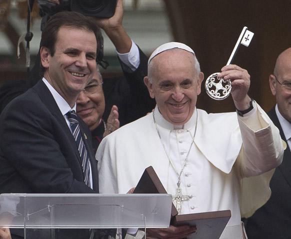 रियो डी जेनेरो में शहर के मेयर के साथ पोप फ्रांसिस।