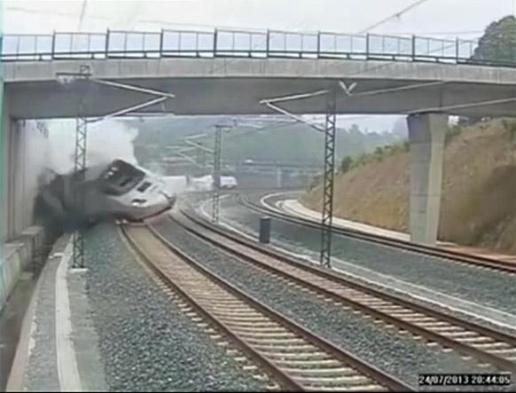 स्पेन में पटरी से उतरी ट्रेन।