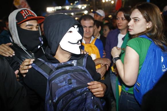 रियो डी जनेरियो में सरकार की नीतियों के खिलाफ प्रदर्शन करते प्रदर्शनकारी।