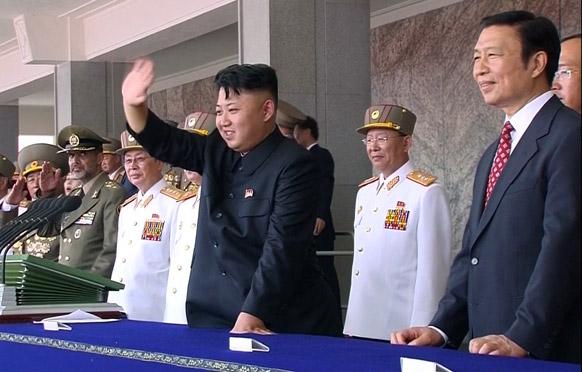 प्योंगयांग में एक सैन्य परेड के दौरान उत्तर कोरिया के नेता किम जॉंग उन।