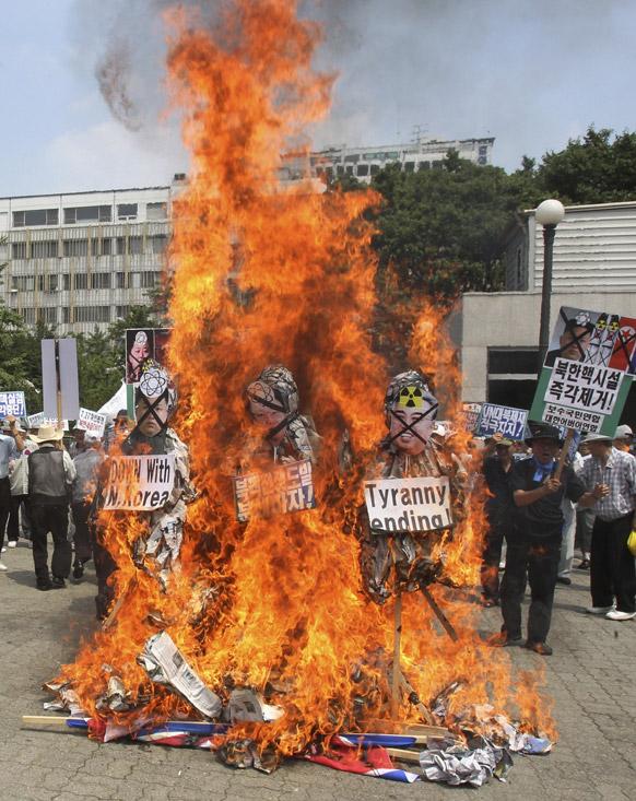 सियोल में उत्तर कोरिया के खिलाफ प्रदर्शन करते दक्षिण कोरिया के नागरिक।