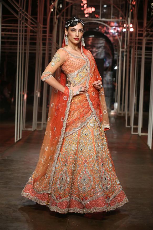 डिजायनर तरुण तहिलियानी के कपड़ों को पेश करती एक मॉडल।
