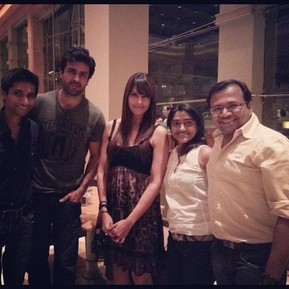अभिनेता हरमन बावेजा और अभिनेत्री बिपाशा बसु अपने दोस्तों के साथ।