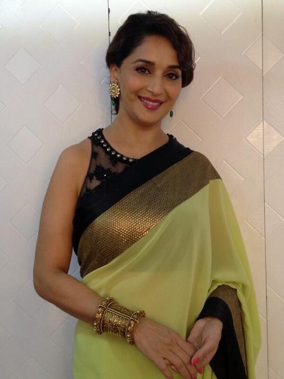 हल्के हरे रंग की साड़ी में अभिनेत्री माधुरी दीक्षित।                            (फोटो सौजन्य : @माधुरी दीक्षित 1)