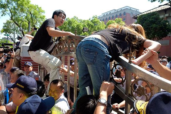 ताइवान के ताइपेई में व्यापार नीति का विरोध-प्रदर्शन करते छात्र -छात्राएं।