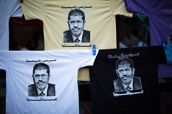 मिस्र के काहिरा में अपदस्थ राष्ट्रपति मोहम्मद मुर्सी की तस्वीर टी शर्ट पर।