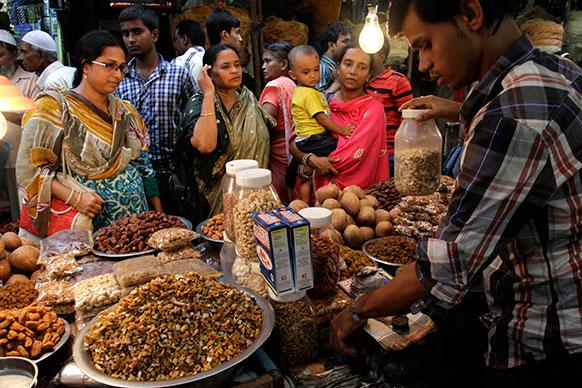 कोलकाता में रमजान के मौके पर खरीदारी करती मुस्लिम महिलाएं।