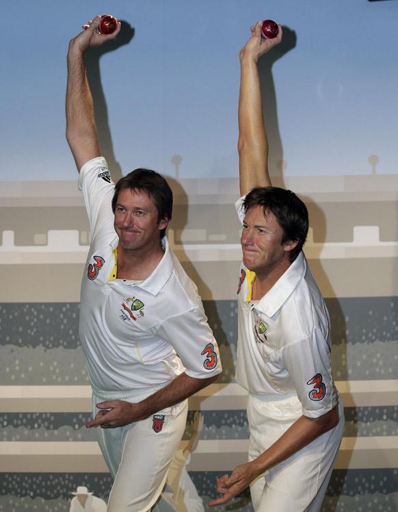 पूर्व ऑस्ट्रेलियाई क्रिकेटर मैक्ग्राथ लंदन के तुसाद म्यूजियम में अपनी मोम से बनी प्रतिमा के साथ।