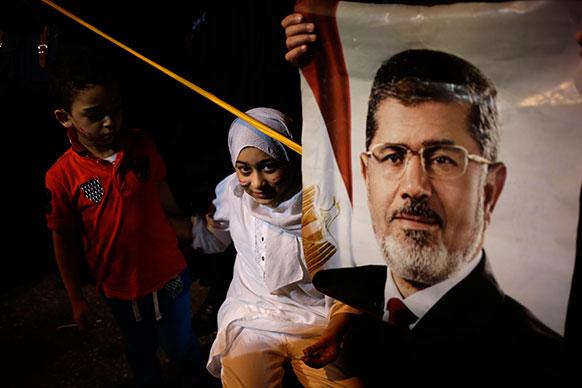 मिस्र के काहिरा में अपदस्थ राष्ट्रपति मोहम्मद मुर्सी के समर्थन में उनके प्रशंसक।