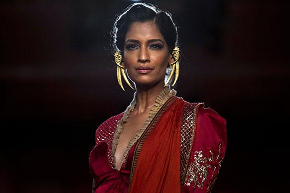 दिल्ली के एक फैशन वीक मे रैंप पर चलती एक मॉडल।