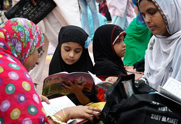 नई दिल्ली में रमजान के मौके पर कुर्रान शरीफ पढ़ती मुस्लिम लड़कियां।