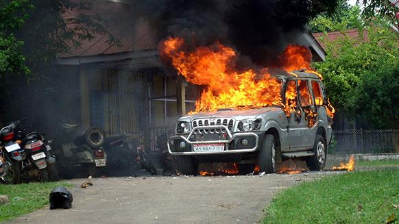 असम के करबी जिले में प्रदर्शनकारियों ने गाड़ी में आग लगा दी।