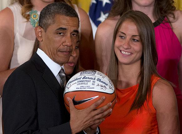 अमेरिकी राष्ट्रपति बराक ओबामा एक समारोह के दौरान फुटबॉल पर दिए अपने हस्ताक्षर के साथ।