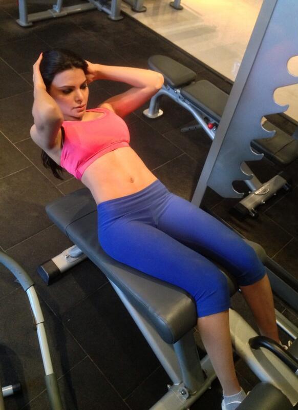 अभिनेत्री शर्लिन चोपड़ा वजन कम करने के लिए व्यायाम करती हुईं।