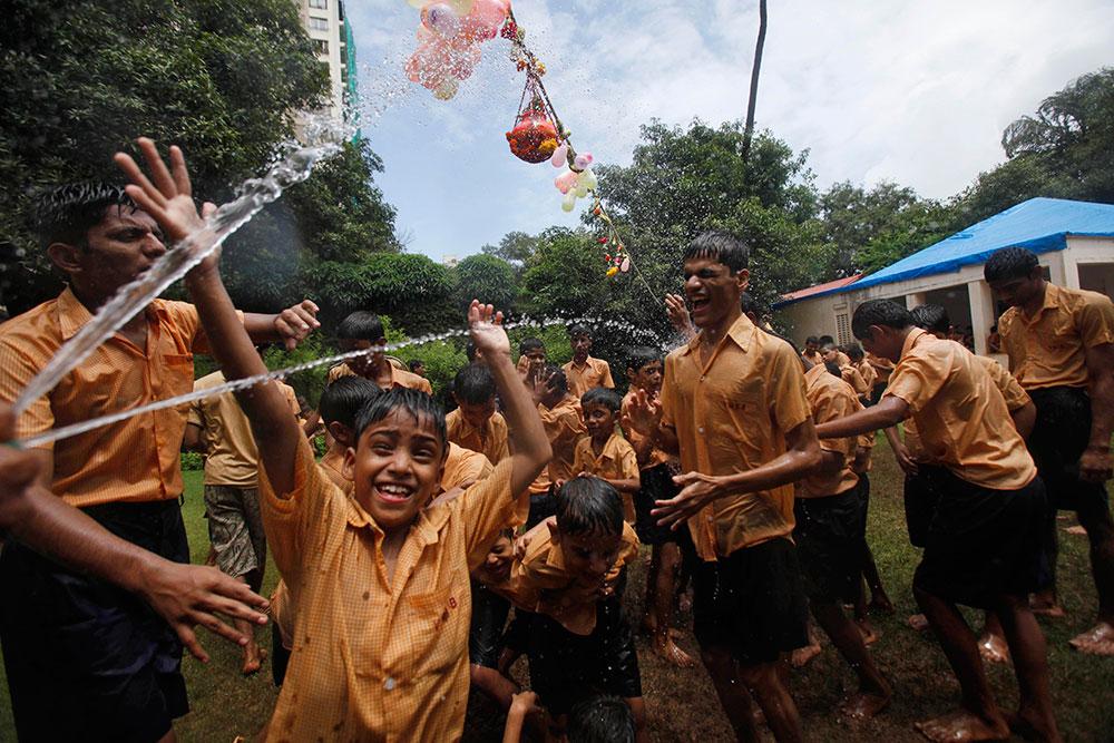 अहमदाबाद में दही हांडी प्रतियोगिता के दौरान मौज मस्ती करते बच्चे ।