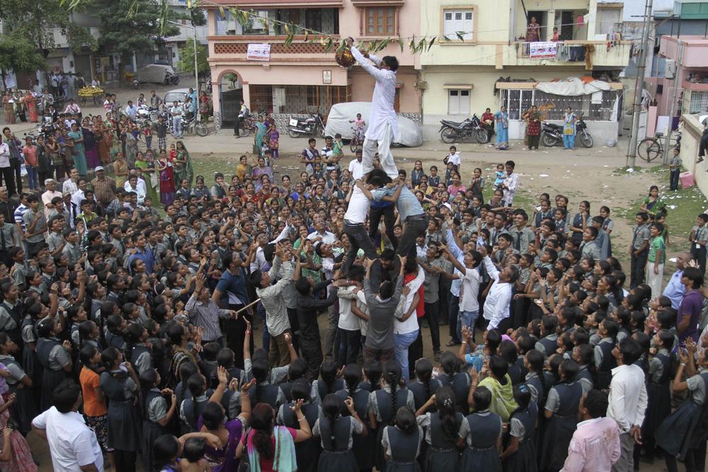 अहमदाबाद में दही हांडी प्रतियोगिता के दौरान जमा भारी भीड़।