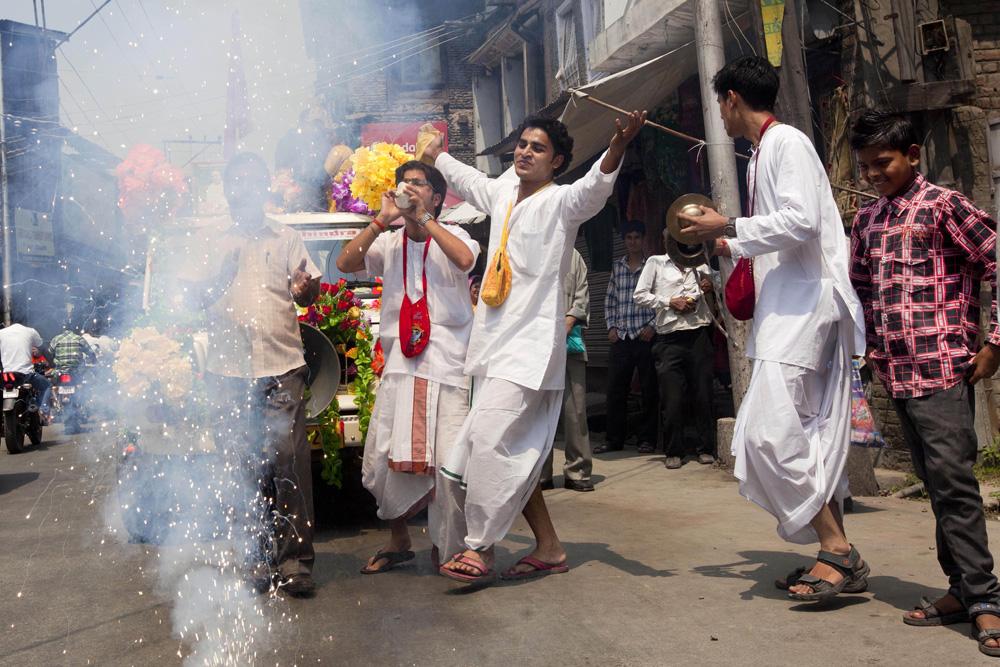 कश्मीर में जन्माष्टमी त्यौहार को मनाते युवा।