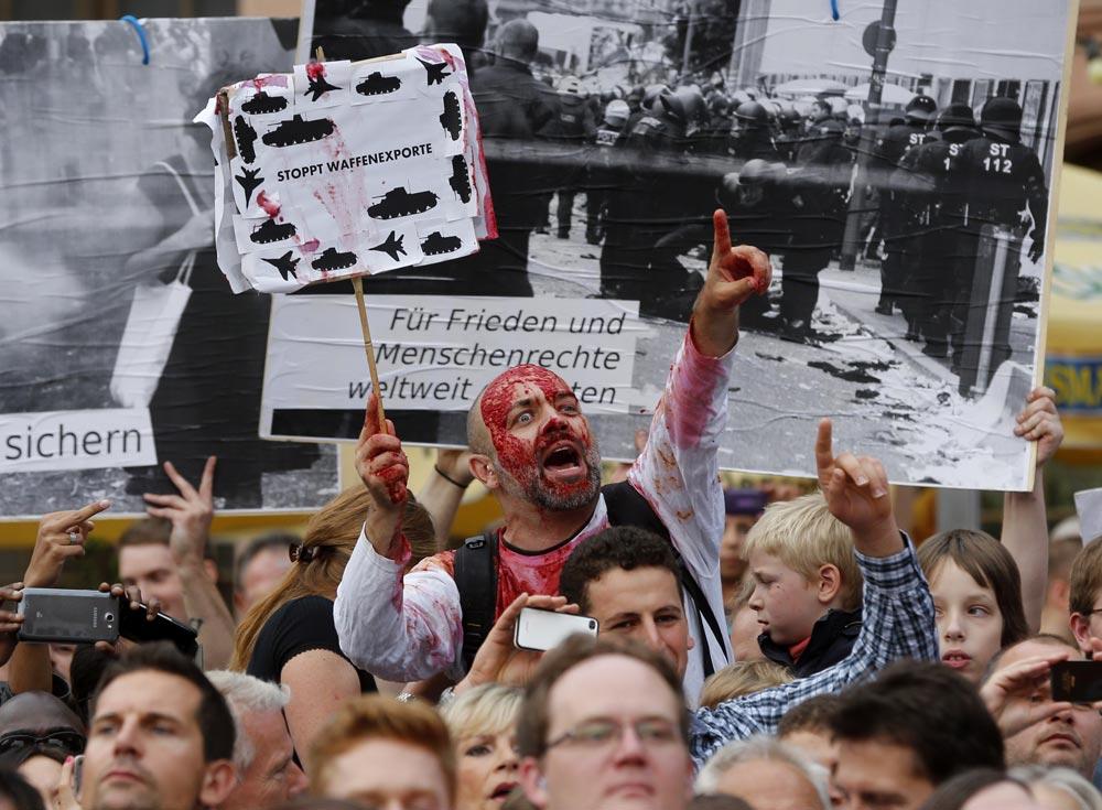जर्मनी में हथियारों के निर्यात के खिलाफ प्रदर्शन करते लोग।