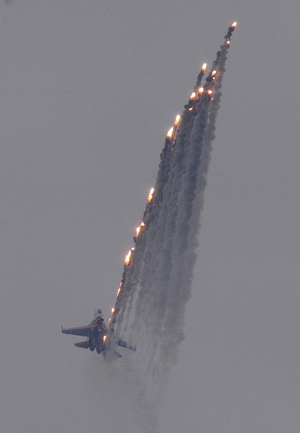 रूस के झुकोवस्की में माक्स एयर शो के दौरान एसयू 27 फाइटर जेट का प्रदर्शन किया गया।