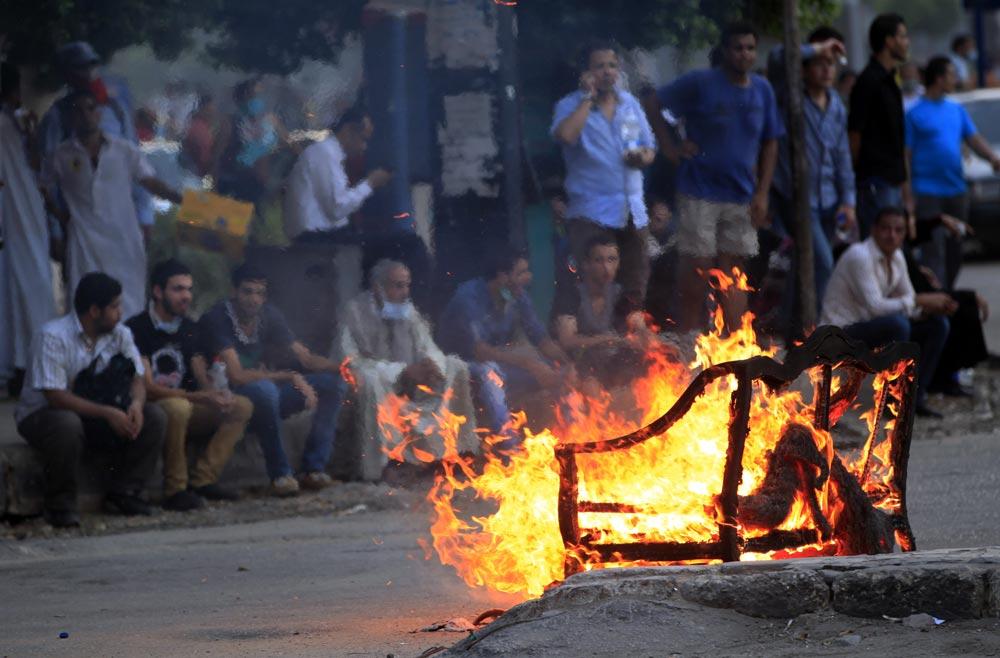 मिस्र के काहिरा में अपदस्थ राष्ट्रपति मोहम्मद मुर्सी के समर्थक प्रदर्शन करते हुए।