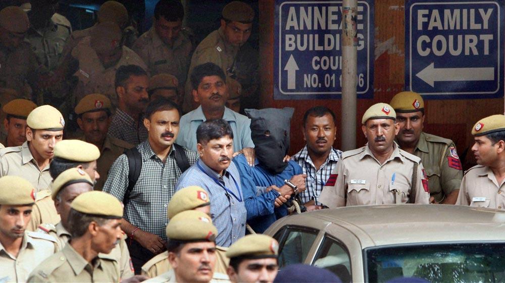 नई दिल्ली में आईएम के आतंकी यासीन भटकल को कोर्ट ले जाती पुलिस।