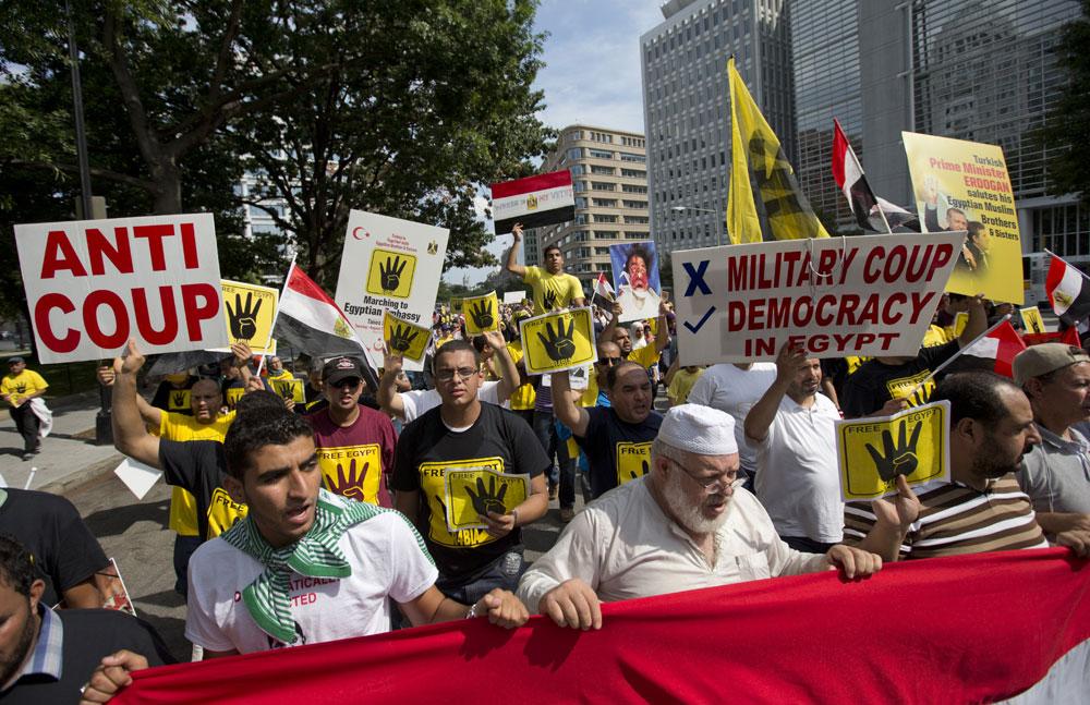 वाशिंगटन में मिस्र के हालात के खिलाफ प्रदर्शन करते लोग।