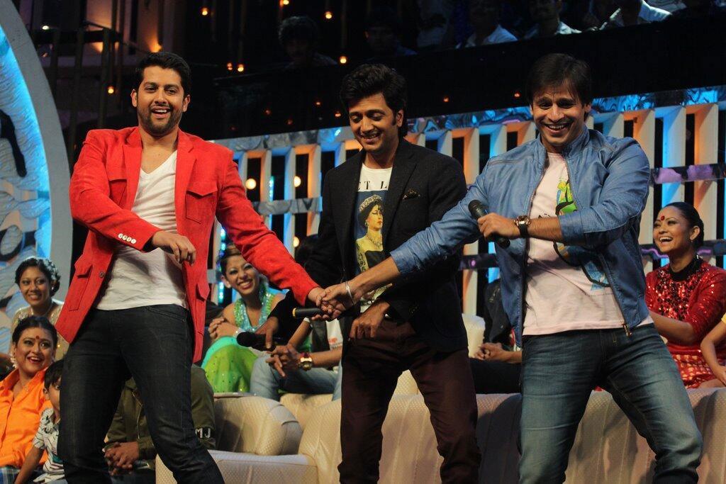 जी टीवी के शो 'डांस इंडिया डांस सुपर मॉम्स' के सेट पर रीतेश देशमुख, आफताब शिवदासानी एवं विवेक ओबराय।