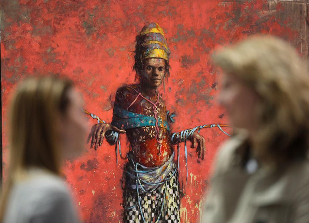 ब्राजील में एक अंतरराष्ट्रीय आर्ट शो के दौरान अपने शरीर पर पेंटिंग कराने के बाद महिला।
