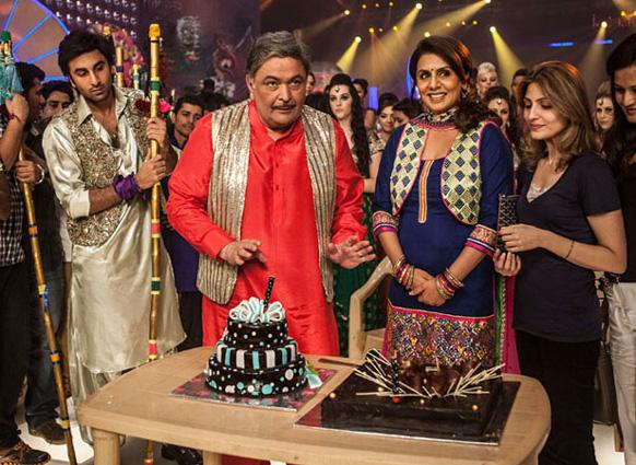 फिल्म बेशर्म के सेट पर अपने 61वें जन्मदिन के मौके पर केक काटते हुए ऋषि कपूर। साथ हैं परिवार के सदस्य नीतू कपूर, रणबीर कपूर और बेटी रिद्धीमा।