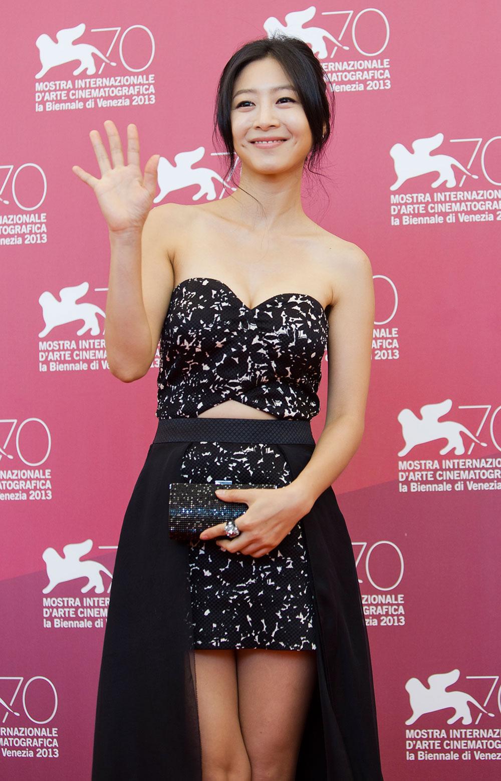 70वें वेनिस फिल्म फेस्टिवल के दौरान पोज देती अभिनेत्री ली ऊन-वू।