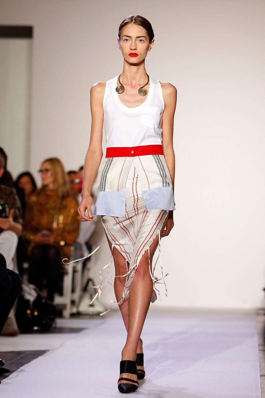 न्यूयार्क में एक फैशन शो में रैंप पर चलती मॉडल।