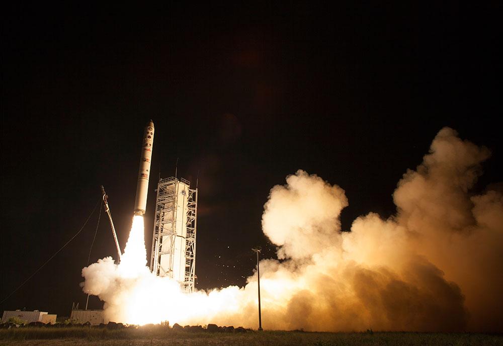 वर्जीनिया स्थित नासा के वैलोप्स फ्लाइट केंद्र से चंद्रमा के लिए छोड़ा गया रॉकेट।