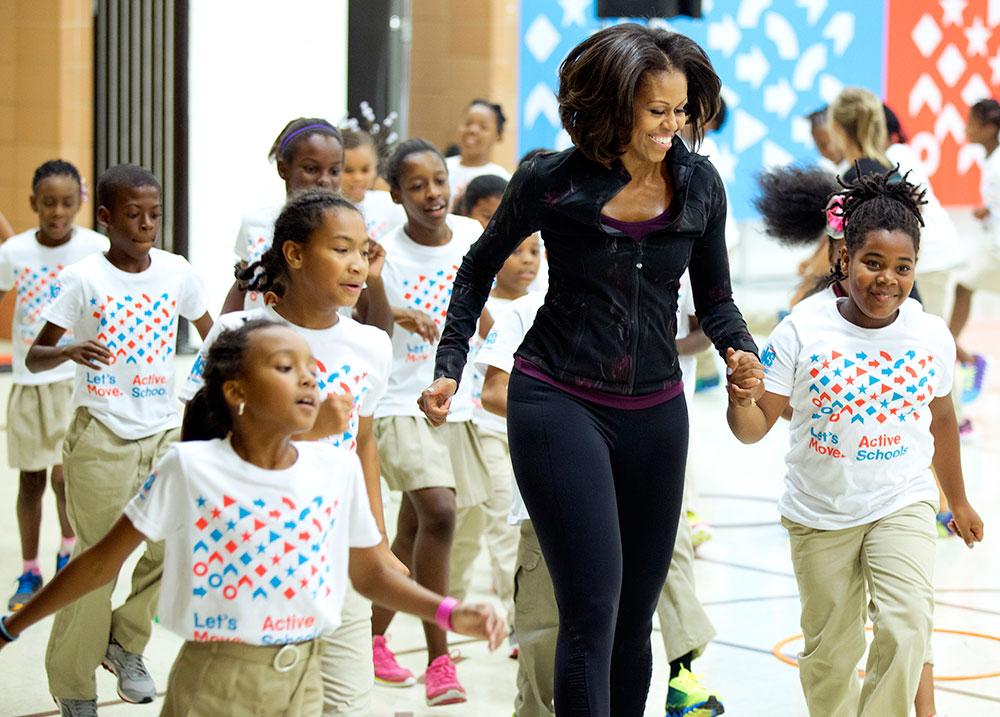 वाशिंगटन में स्कूली बच्चों के साथ अमेरिका की प्रथम महिला मिशेल ओबामा।