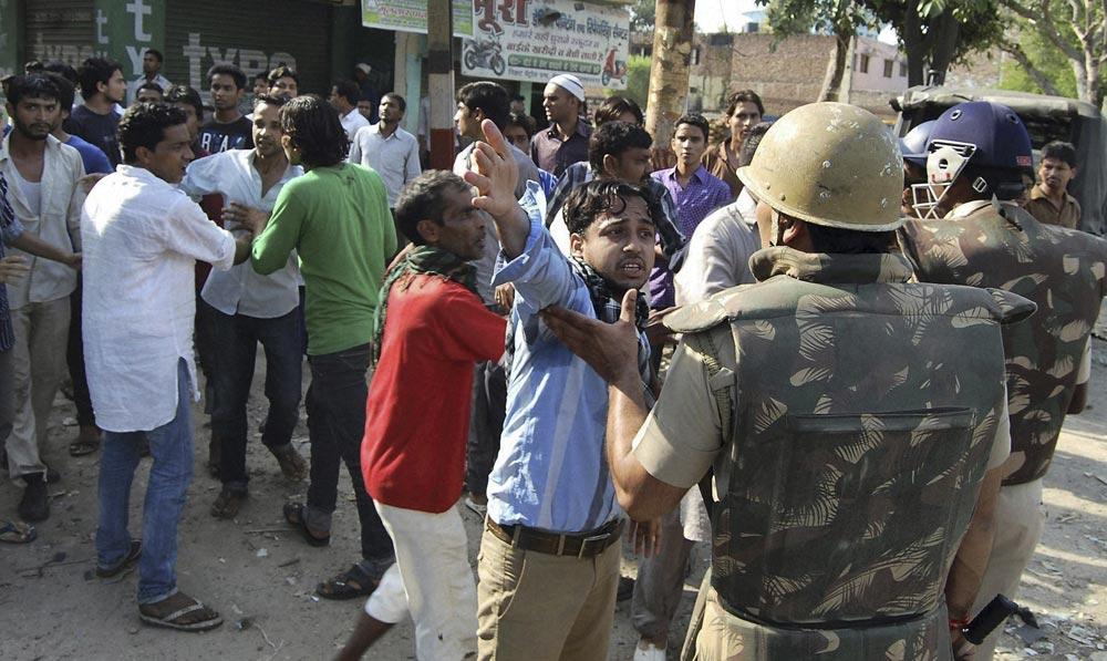 उत्तर प्रदेश के मुजफ्फरनगर में दो संप्रदायों के बीच भड़की हिंसा के बाद मौके पर पहुंची पुलिस।