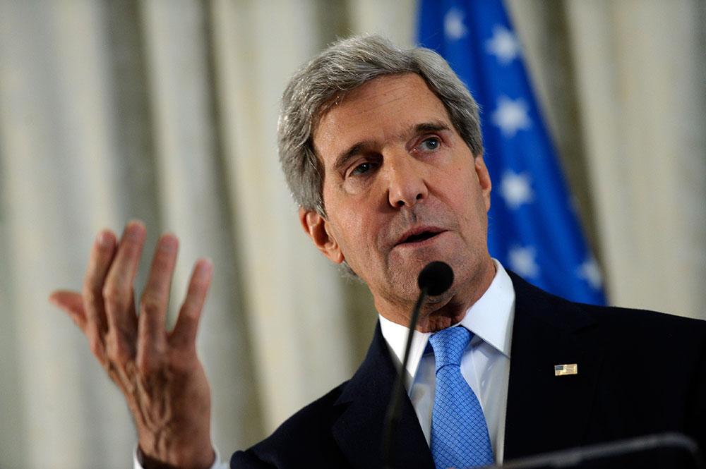 पेरिस में अमेरिकी सचिव जॉन केरी एक सभा को संबोधित करते हुए।