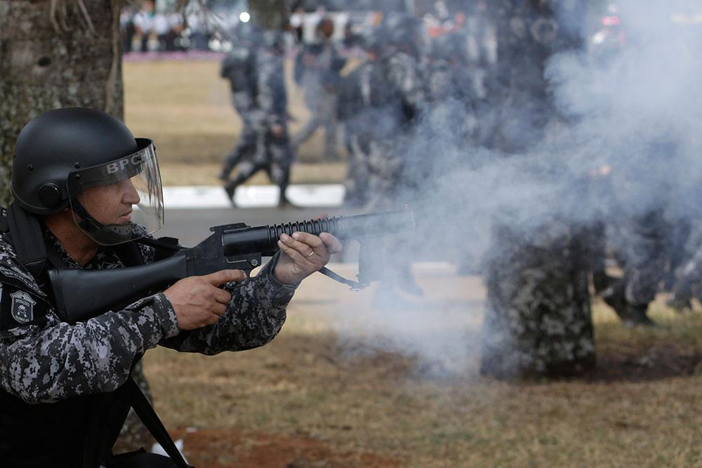 ब्राजील में प्रदर्शनकारियों पर आंसू गैस के गोले छोड़ती पुलिस।