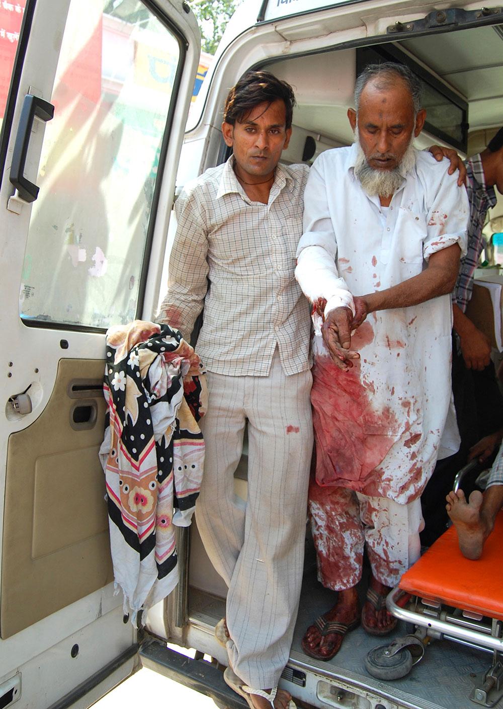 उत्तर प्रदेश के मुजफ्फरनगर में दो संप्रदायों के बीच भड़की हिंसा के बाद जख्मी लोग।