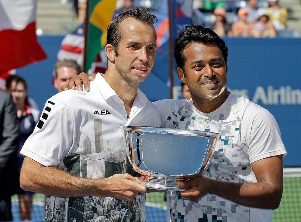 यूएस ओपन टेनिस टूर्नामेंट में पेस और स्टीपनेक की जोड़ी डबल्स में खिताबी जीत का ट्रॉफी हासिल करने के बाद।