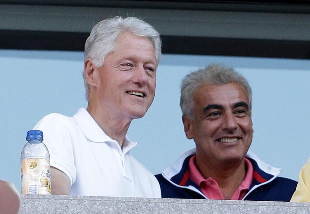 पूर्व अमेरिकी राष्ट्रपति बिल क्लिंटन यूएस ओपन टेनिस के दौरान एक मैच का लुत्फ उठाते हुए।