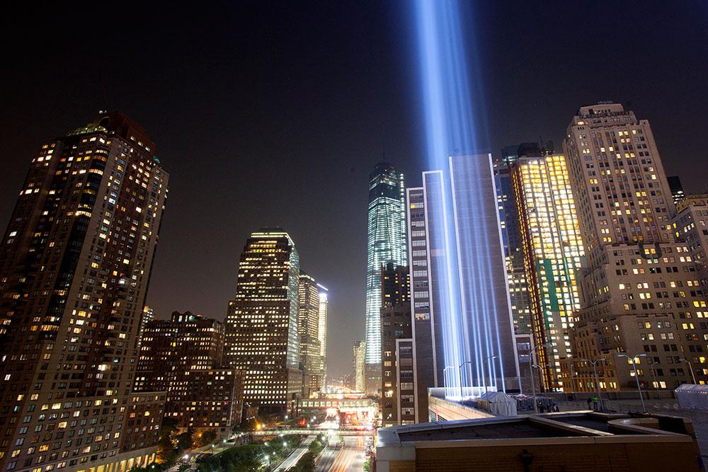 न्यूयार्क के मैनहटटन में रोशनी का शानदार नजारा।