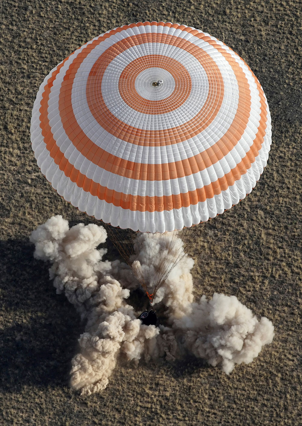 रसियन फेडरल स्पेस एजेंसी (रोसकोसमॉस) के 36 कमांडर पेवेल विनोगरेडोव को एक अभियान पर लेकर जाती एक सोयूज कैप्सुल।