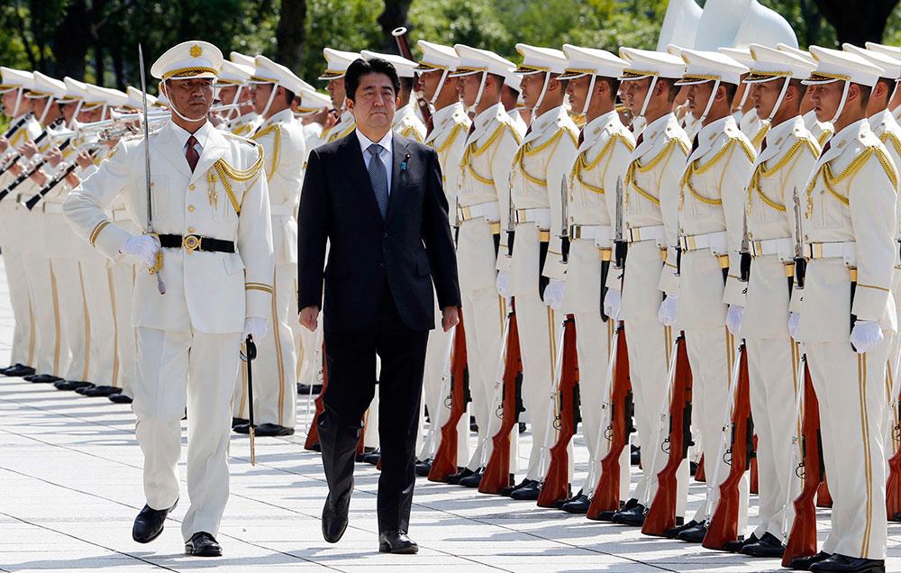 जापान के प्रधानमंत्री शिंजो एबे टोक्यो में एक सेरेमनी के दौरान गार्ड ऑफ ऑनर लेते हुए।