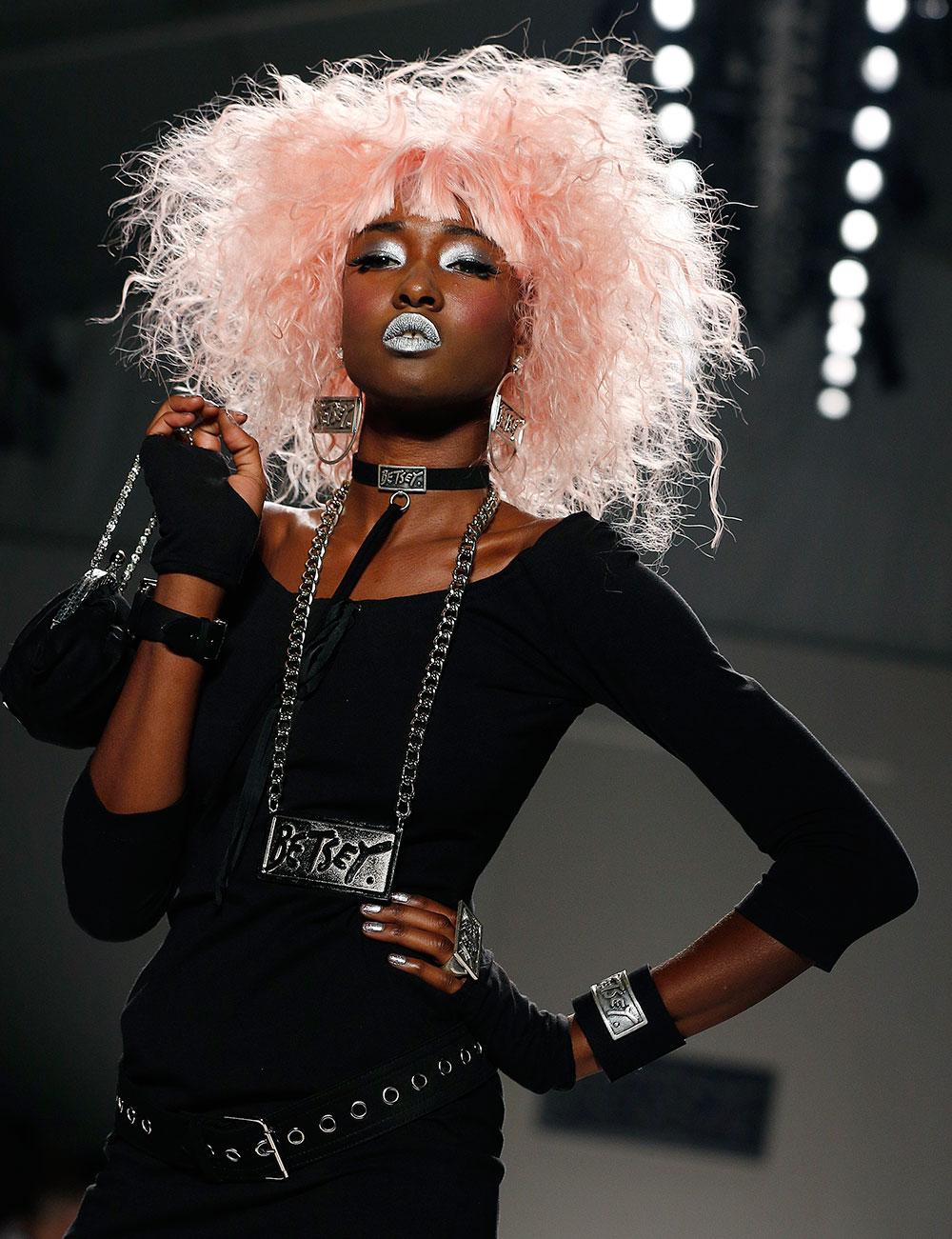 न्यूयार्क में फैशन वीक के दौरान एक मॉडल बेटसे जॉनसन स्प्रिंग 2014 कलेक्श्ान को पेश करती हुई।