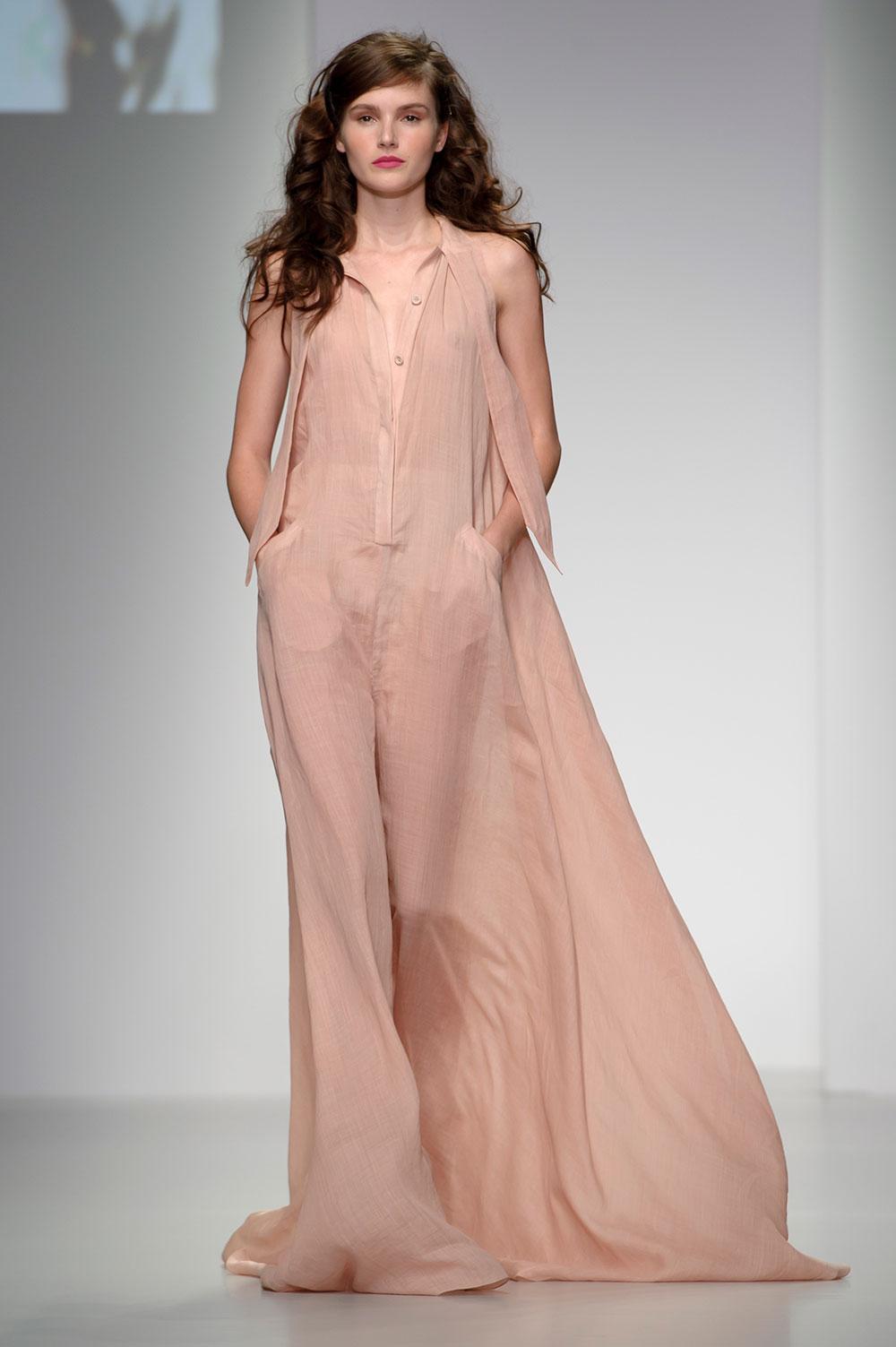 लंदन फैशन वीक के दौरान डिजाइनर मारिया ग्रचवोगेल के क्रिएशन को पेश करती हुई मॉडल।