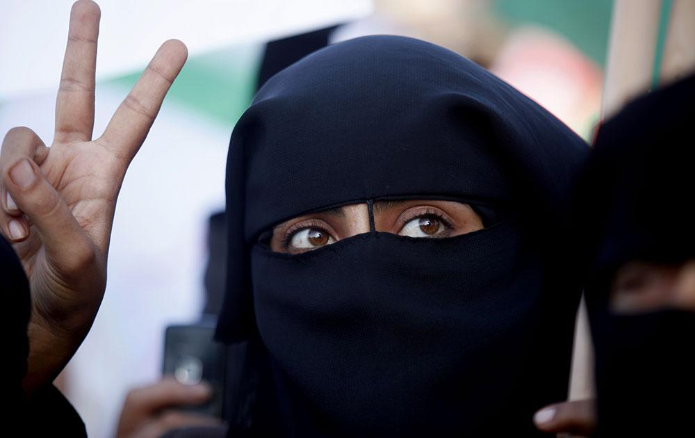 गाजा के रफाह में फिलीस्तीनी महिला हमास के समर्थन में नारे लगाते हुए।